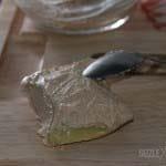 Die Maultaschen werden mit Frischkaese bestrichen