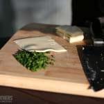 Jalapenos und Käse werden klein geschnitten