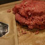 Hackfleisch und Rub werden vermengt