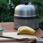 Der Cobb heizt vor, für die gegrillte Banane