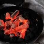 Das Einrichten des Grills zum Forellen räuchern