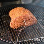 Pulled Beef liegt auf dem Grill. Nun heißt es warten, warten und warten