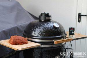 Der Grill ist gefeuert, das Pulled Beef kann aufgelegt werden