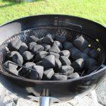 Der Kohlekorb ist mit Kokoko Eggs von McBrikett befüllt. Damit sollte man die ganze Nacht smoken können