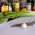 Schneiden der Zutaten für den Nudelsalat ohne Mayo