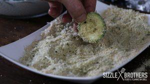 Die Gemüsechips werden in der Panierung gewälzt