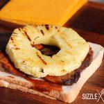 Das BBQ Toast Hawaii wird zusammengesetzt