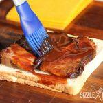 Das Brisket wird der BBQ Sauce eingestrichen