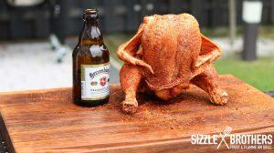 Das Beer Can Chicken kann nun gegrillt werden