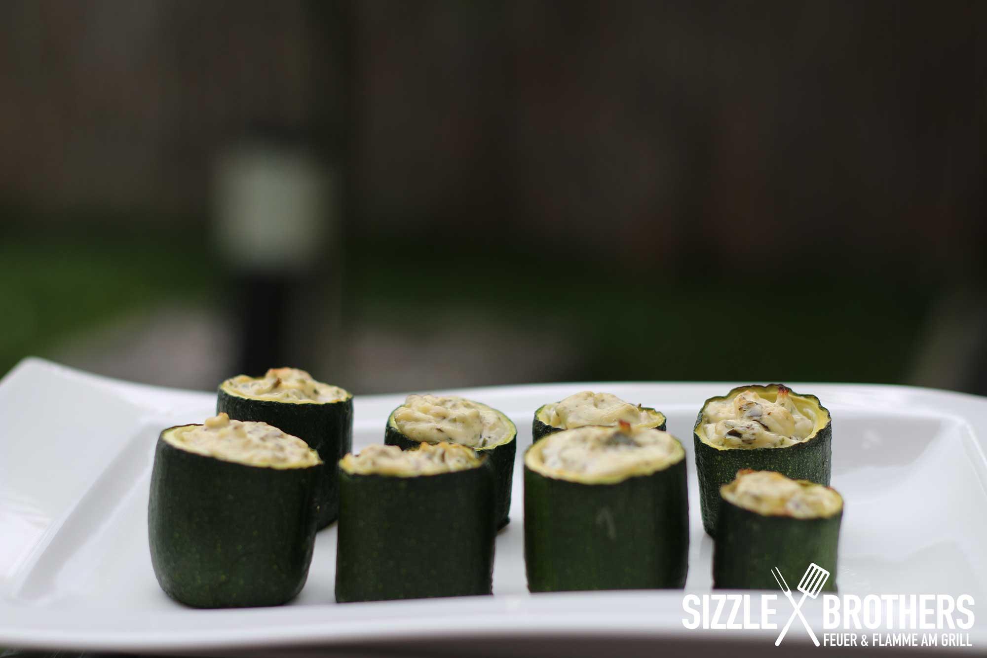 Gefüllte Zucchini fertig gegrillt