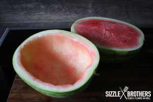 Ausgehöhlte Wassermelonenhälfte