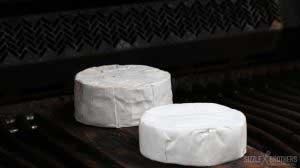 Camembert grillen - das Whiskyaroma zieht in die Haut ein