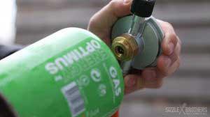 Auch Campinggasflaschen können mithilfe eines Adapters genutzt werden