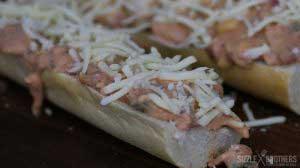 Die Pizza Baguettes können in den Ofen oder auf den Grill