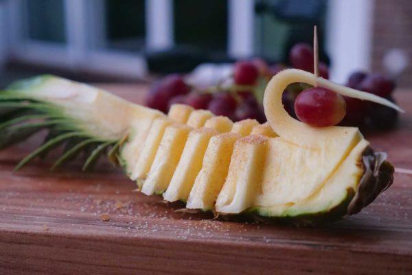 Gegrillte Ananans Ente – Ananas schnitzen