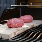 Die Lollipos müssen dicht mit Hackfleisch umschlossen werden.