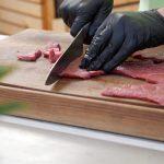 Beef Jerky selber machen - du benötigst feine Streifen Rindfleisch