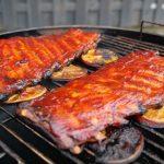 Spareribs mit BBQ Sauce glasieren.