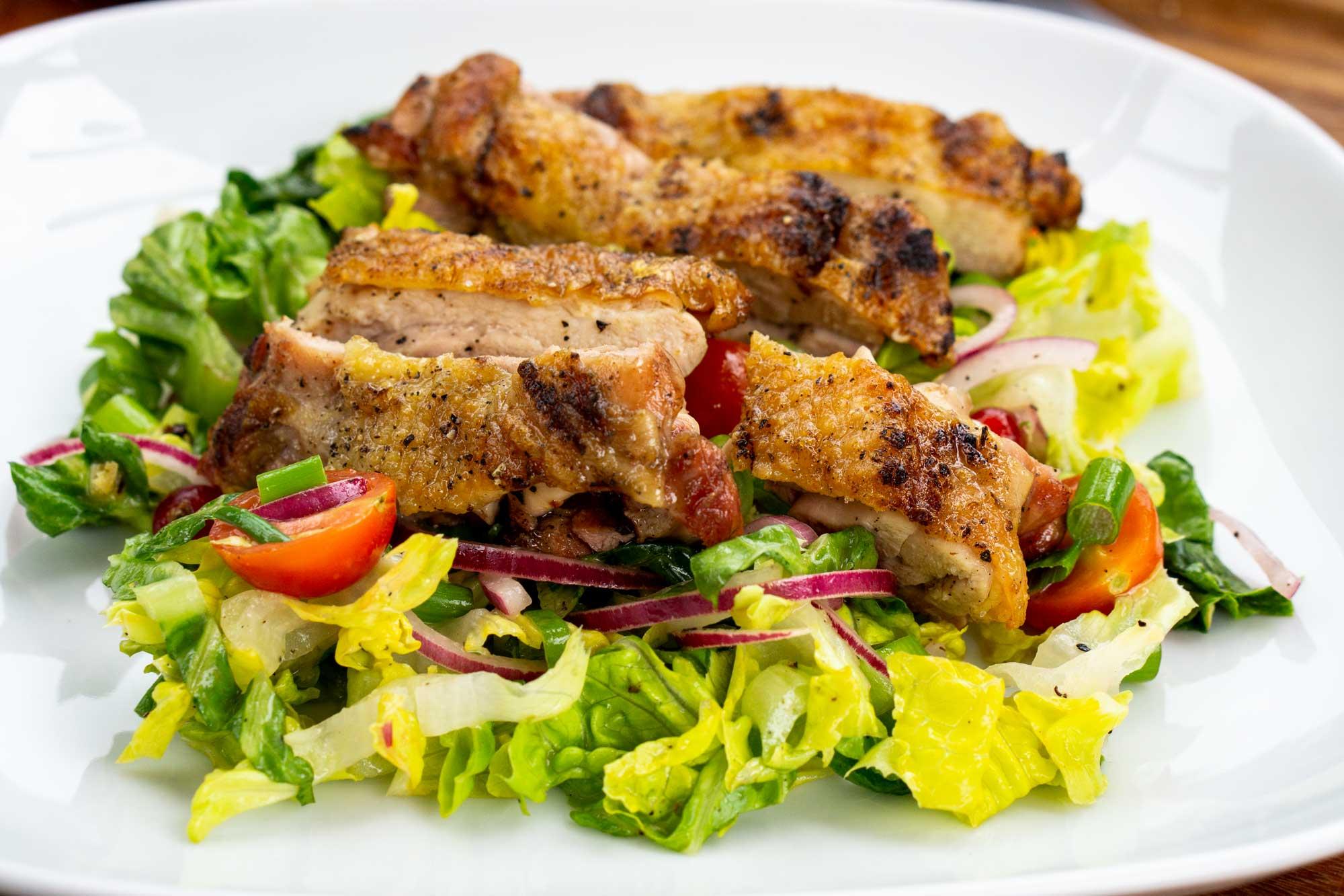 Gegrillte Hähnchen Steaks mit Sommer Salat