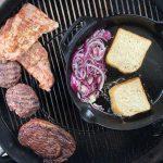 Die Steaks und Burgerpatties sind fertig gegrillt