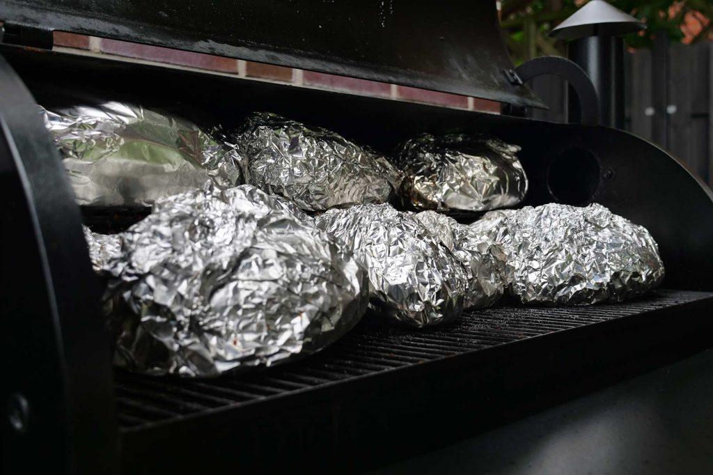 Pulled Pork Texas Style wird in Alufolie gewickelt