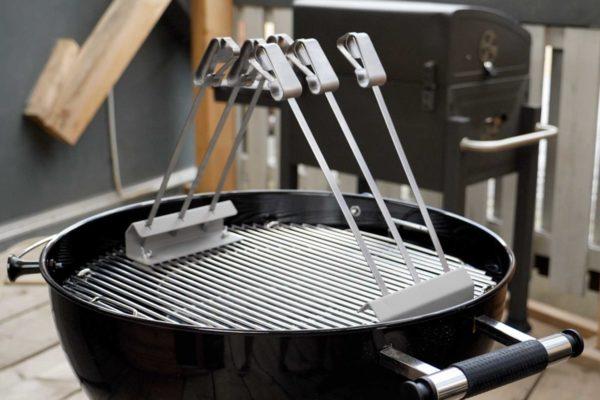 Das Wesco Spießset - trotz der hohen Spieße passt der Deckel noch auf den Grill