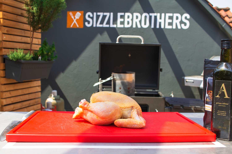 1,2 kg schweres Kikok Hähnchen passt bestens auf den Tepro Toronto