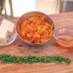 Aprikose und Salbei fein hacken