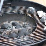 Pulled Pork Dutch Oven: Briketts unter dem Dopf sorgen für Unterhitze