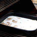 Das Kartoffelgratin ist einfach zubereitet und kann nun vor sich hin backen und gratinieren
