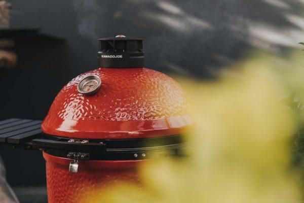 Der Kamado Joe Keramikgrill raucht
