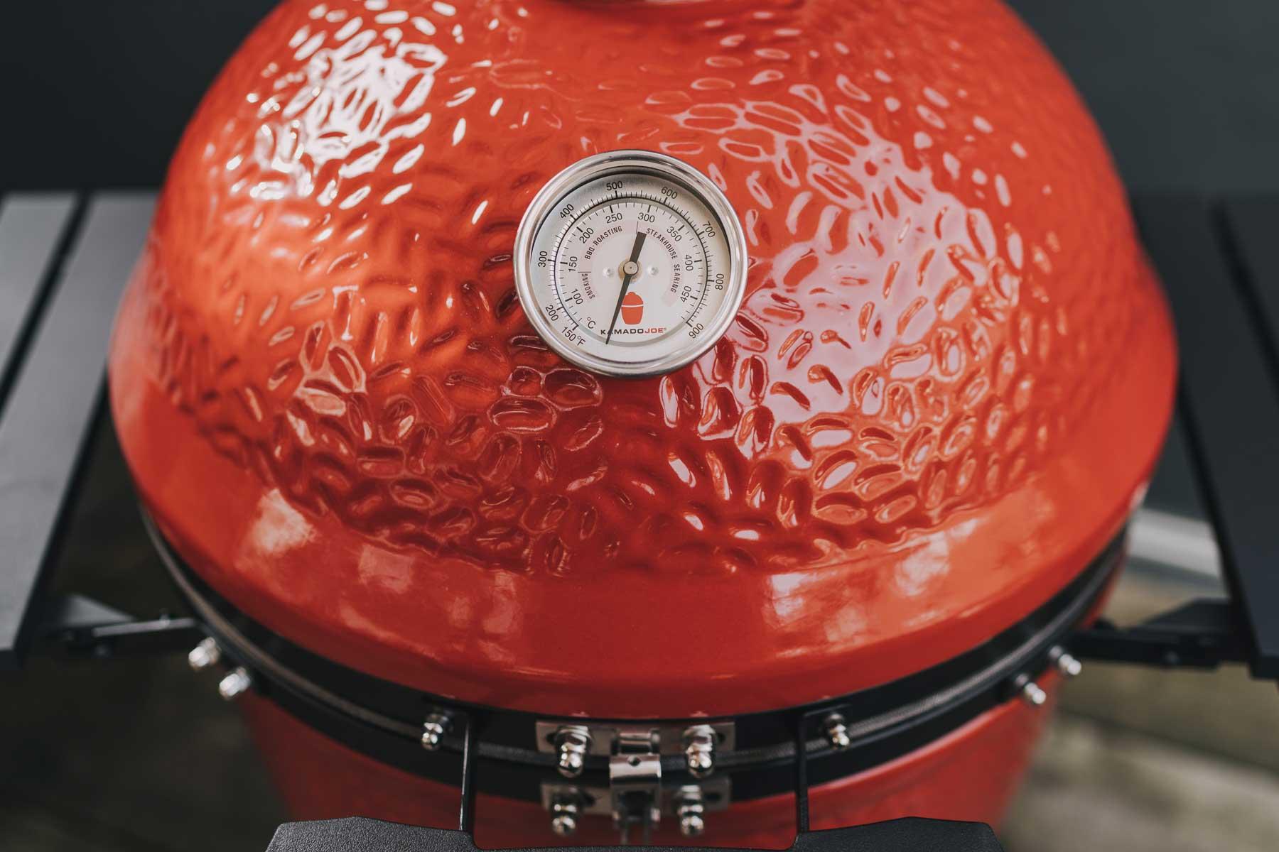 Das Deckelthermometer des Keramikgrills ist sehr genau