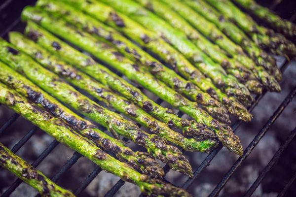 Grüner Spargel auf dem Grill