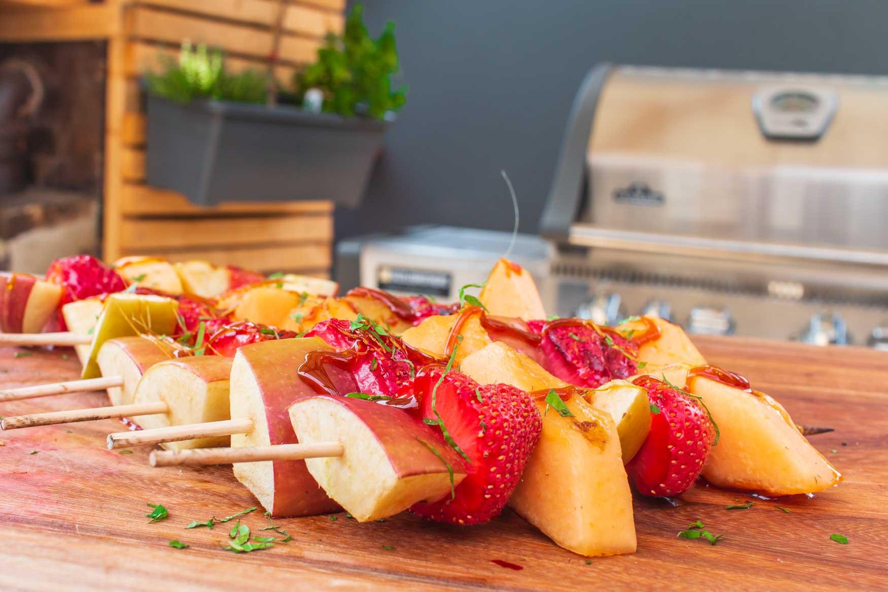 Obstspieße mit Karamell – lauwarmes Dessert vom Grill