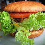 Burger selber machen - Ein frischer Burger mit Salat