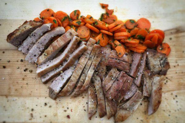 Das fertige Secreto vom Iberico Schwein mit karamellisierten Karotten