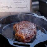 Das Steak in einer Gusspfanne anbraten. SO entsteht eine richtige Kruste