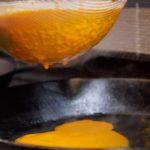 Für das vegetarische Rezept passieren wir den gekochten Kürbis durch ein Sieb