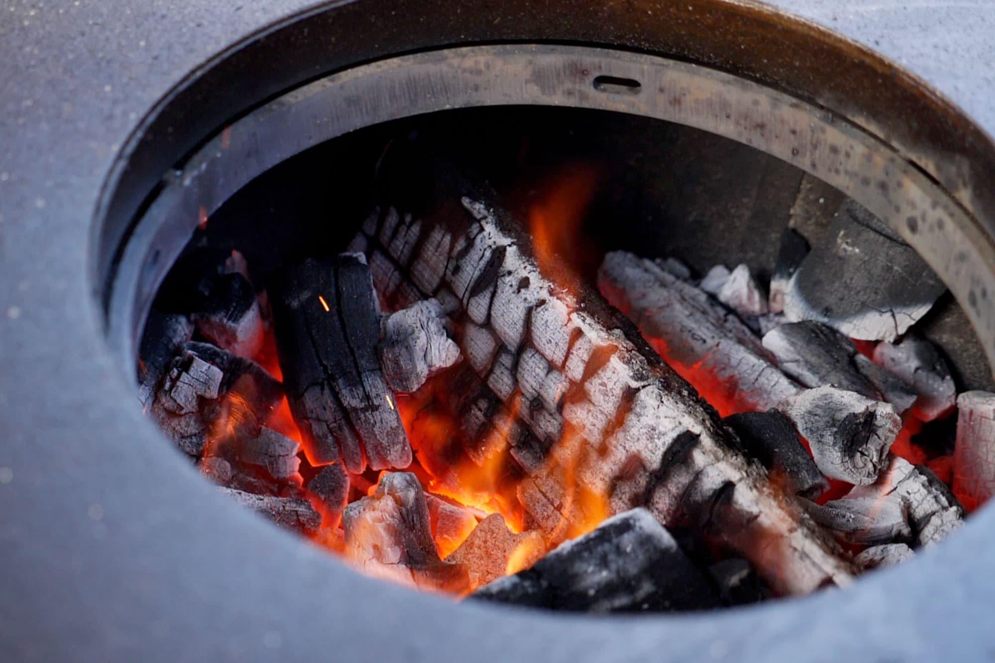 In der Mitte der Plancha lodert das Feuer