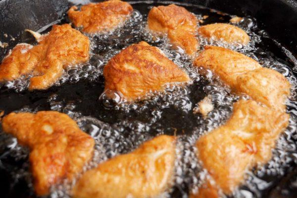 Die Chicken Nuggets backen wir in einer Gusseisenpfanne aus