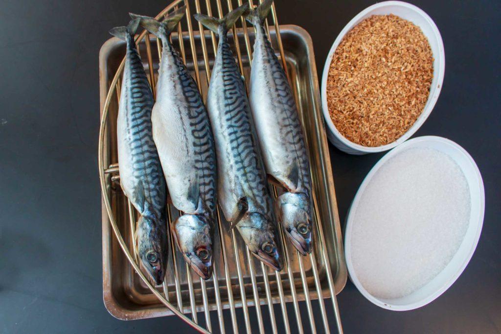 Makrelen räuchern - Die Makrelen werden mit Salz und #Fish eingerieben