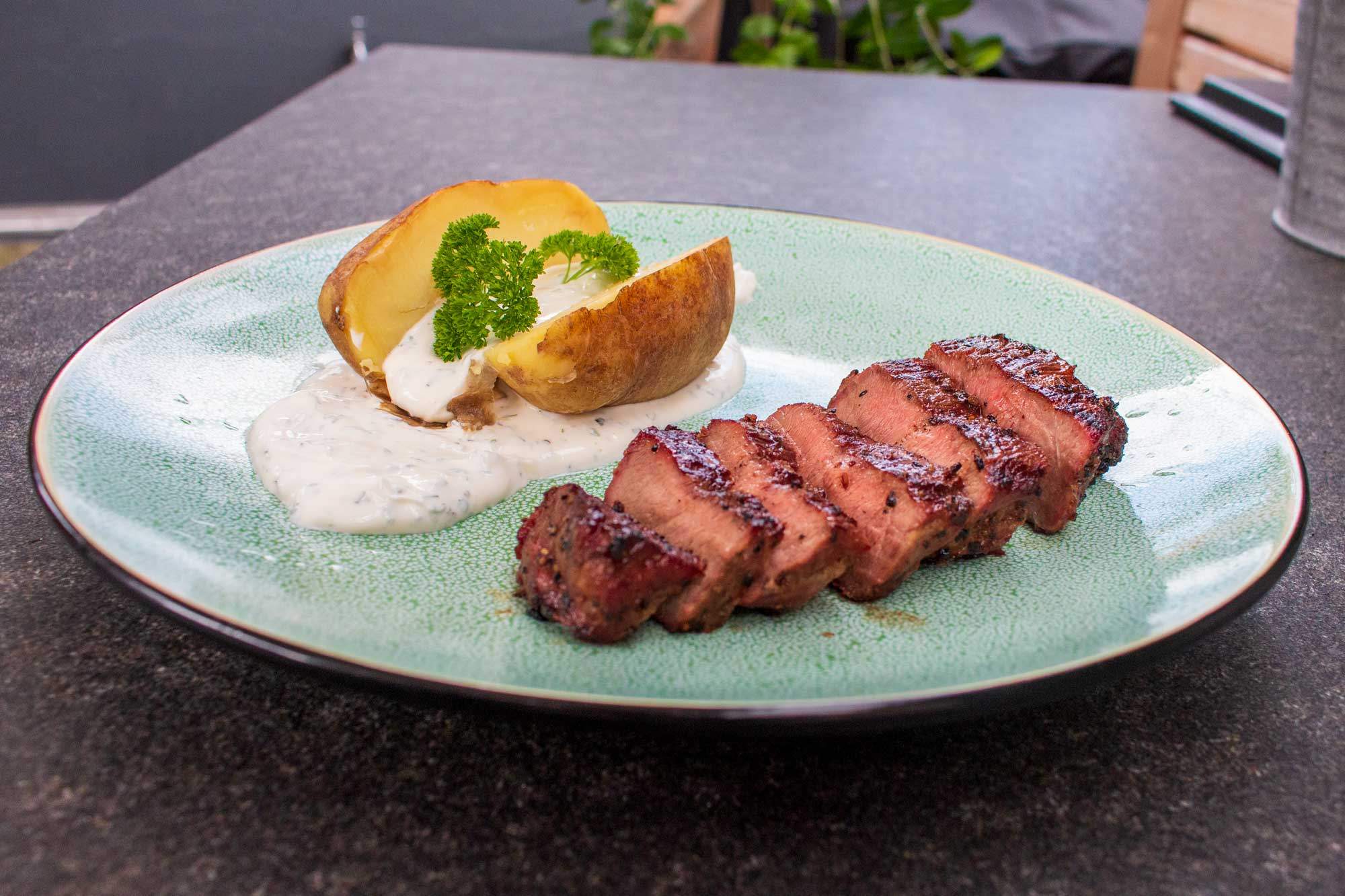 Iberico Presa Nackensteaks mit Kräuterdip und Ofenkartoffel
