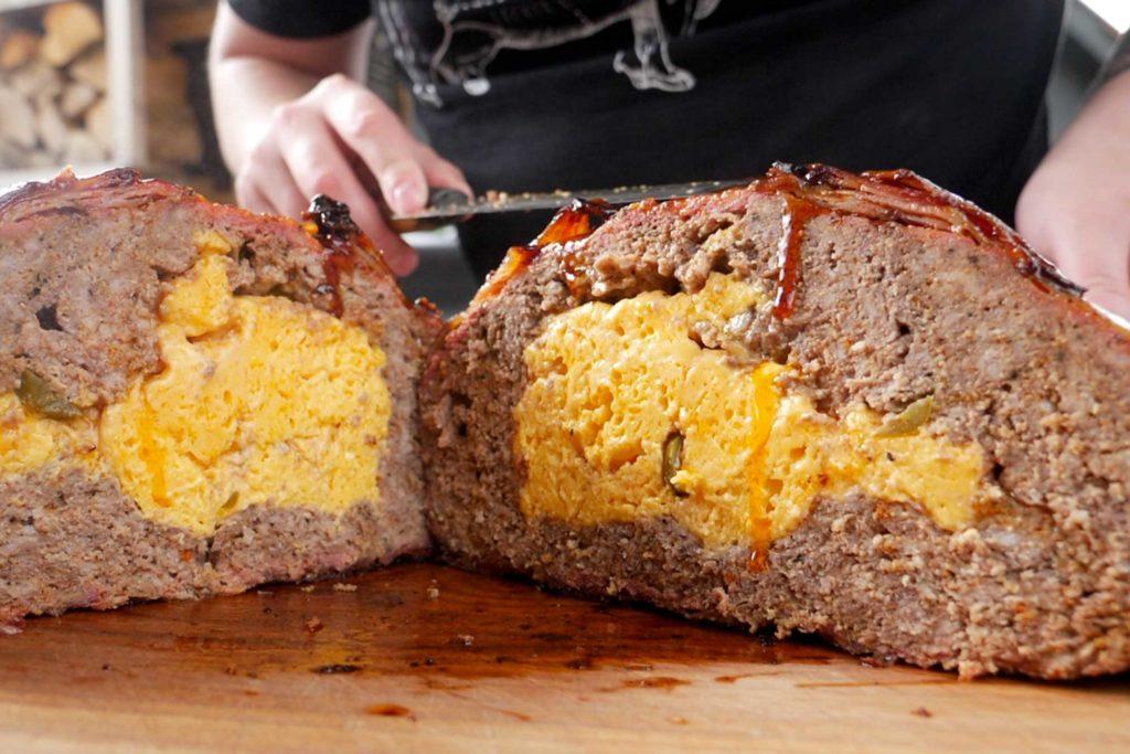 Der fertige XXXL Meat Ball mit Chili-Cheese Füllung