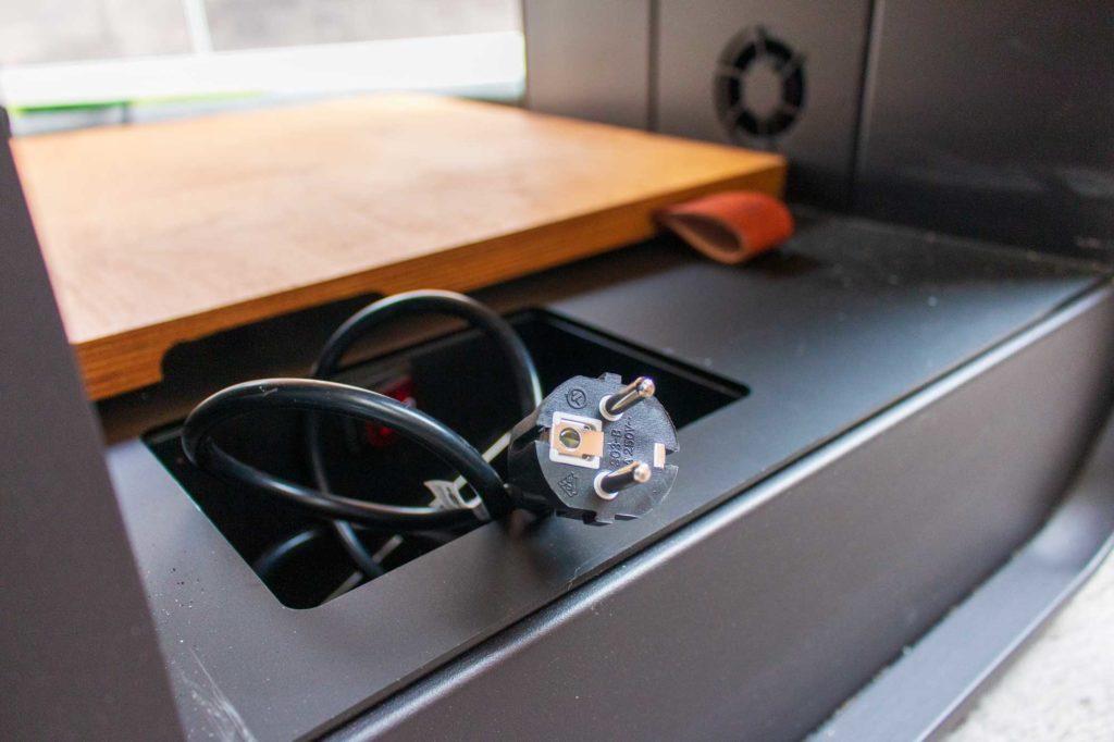 Der Grill benötigt stets Strom, damit alle Funktionen genutzt werden können Der Grill benötigt stets Strom, damit alle Funktionen genutzt werden können