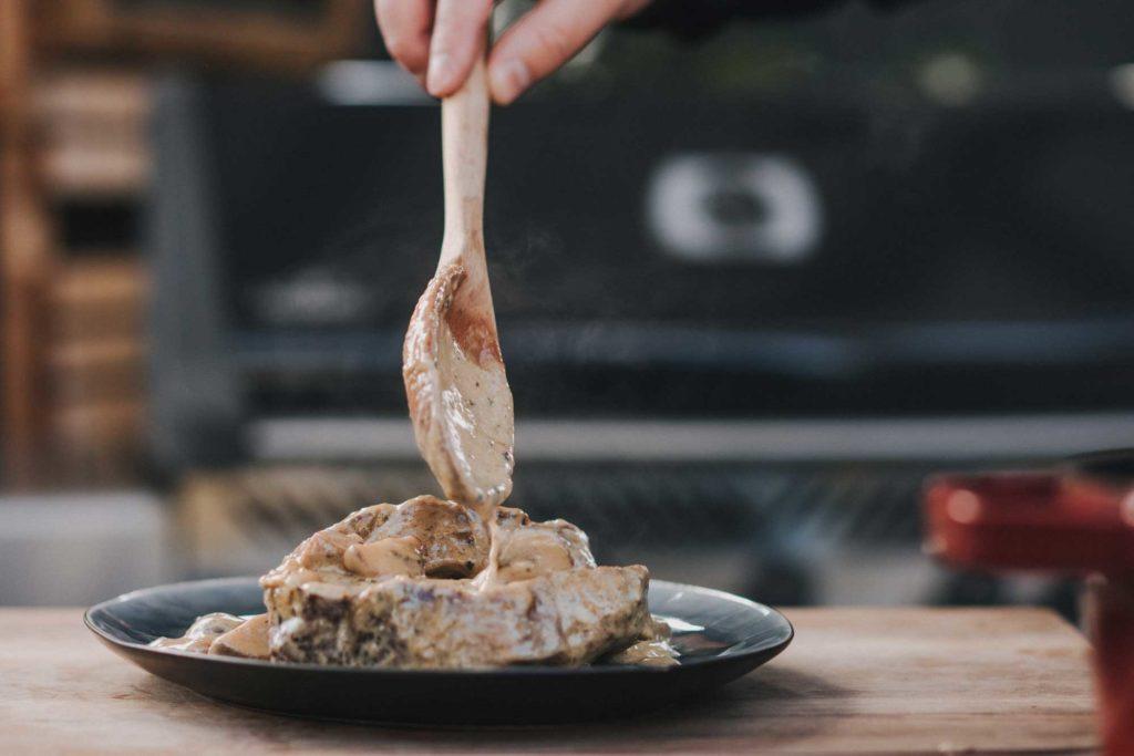 In der Sauce wird der Braten ca. 30 - 40 Minuten gekocht