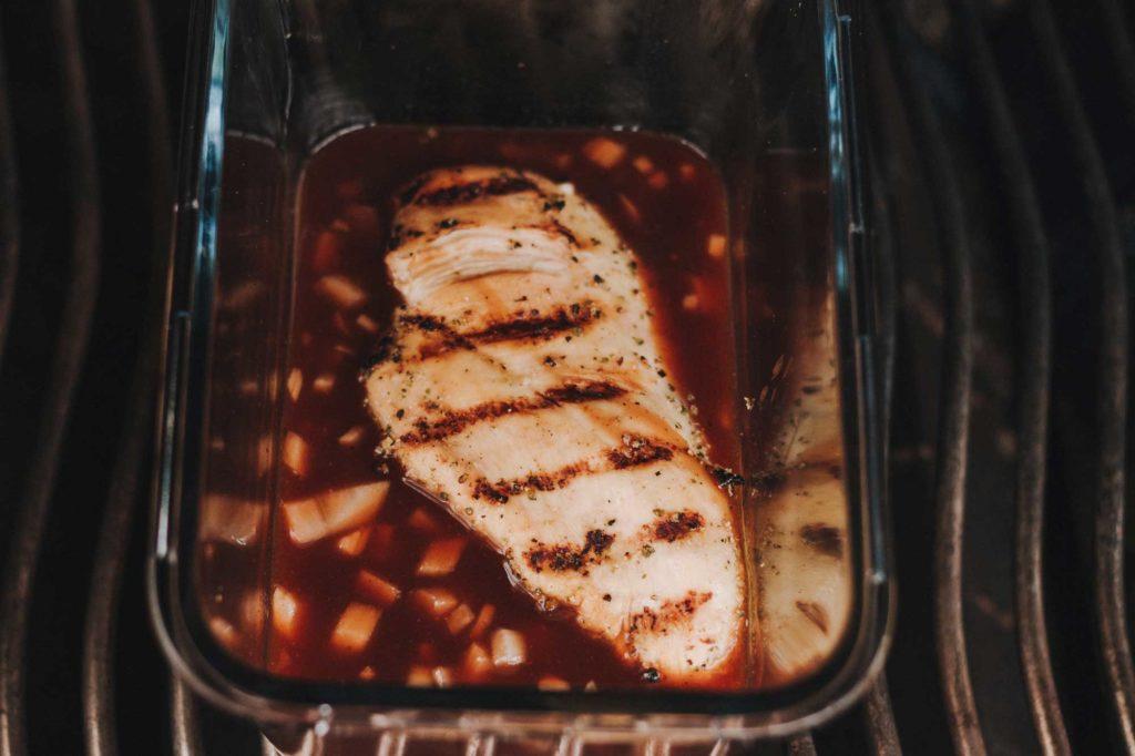 Die Hähnchenbrüste werden ca. 40 Minuten lang gekocht