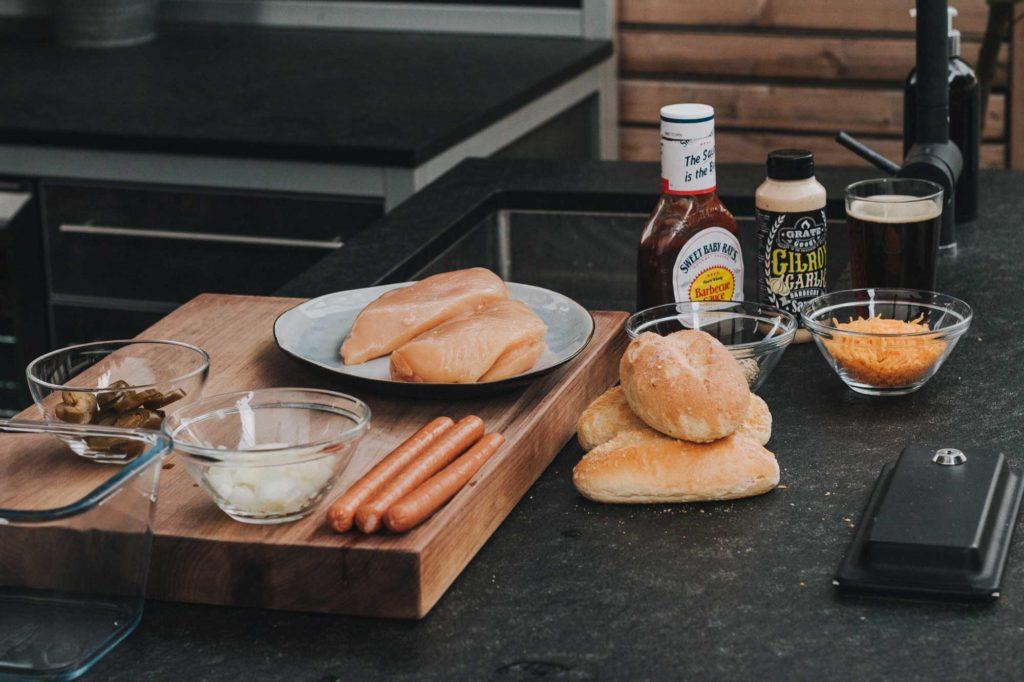 Die Zutaten für den Pulled Chicken Hot Dog im Überblick