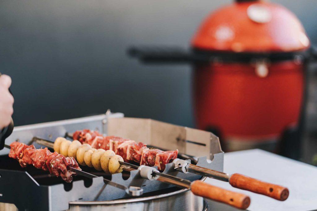 Die Fleisch Spieße drehen sich auf dem Grill