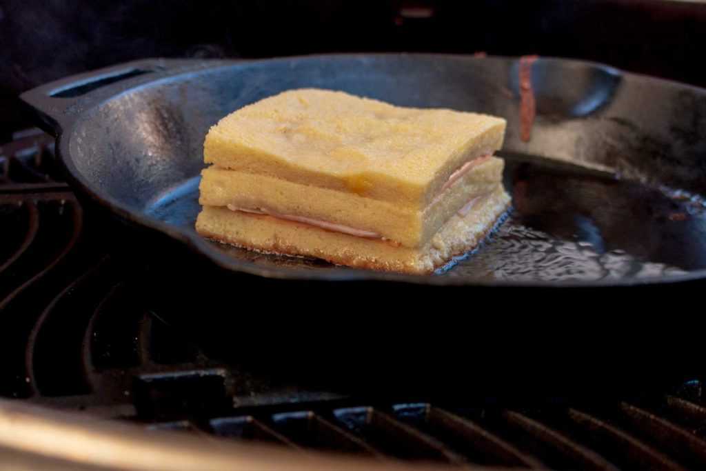 In Ei getunkt wird das French Toast in der Gusspfanne gebacken