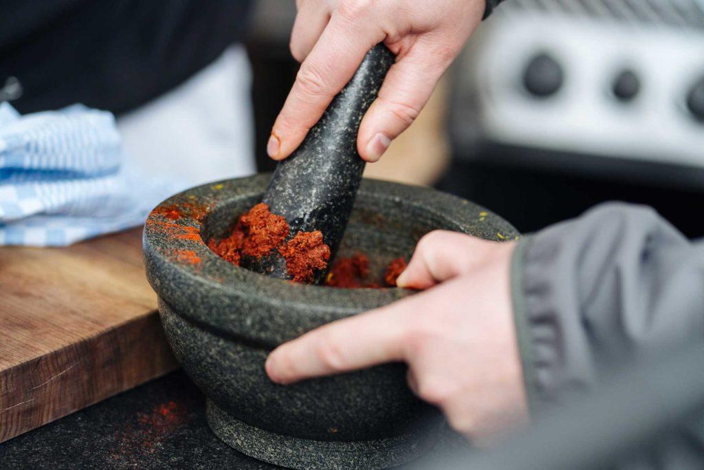 Die Gewürzpaste für den echten Gulasch Geschmack wird im Mörser angerührt